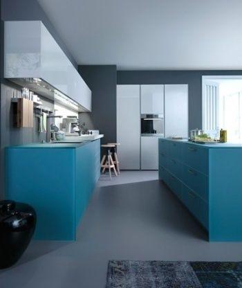 Сірий фон на синьою кухні