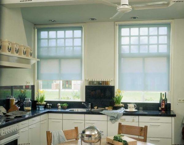 рулонні штори на білій кухні