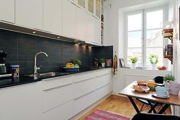 шоколадна стільниця на білій кухні фото